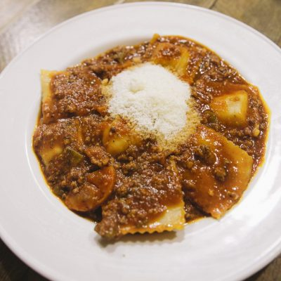 Panzerotti 4 quesos con salsa Boloñesa